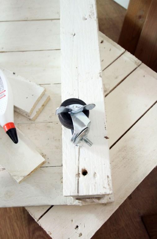 Tisch mit Holzlatten selberbauen-DIY