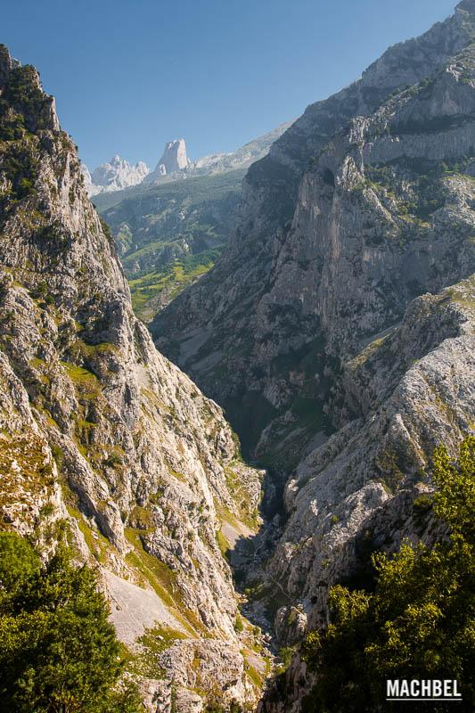 Naranjo de Bulnes en Picos de Europa Camino a Bulnes y Pico Urriellu Picos de Europa Asturias 10 lugares naturales de España que todos deberíamos conocer