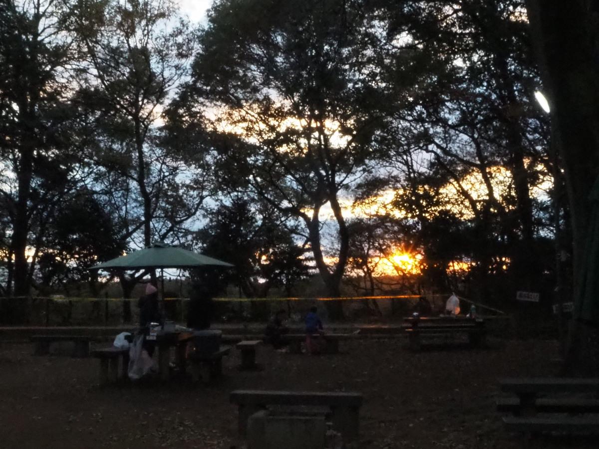 キャンプ場の日暮れ