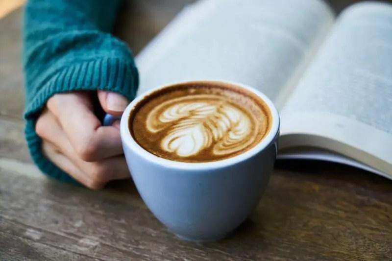コーヒーカップをもつ女性の手