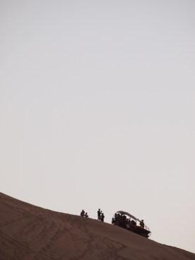 Un buggy de desierto descansa contra el cielo