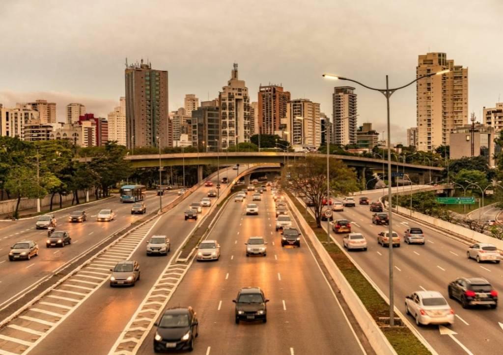 Carros trafegando na cidade de São Paulo