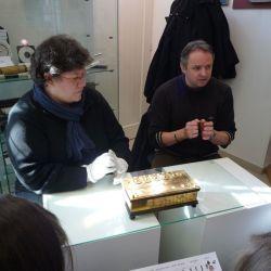 """Les responsables du Musée H. Lecoq à Clermont-Ferrand montrant la """"Pascaline"""""""