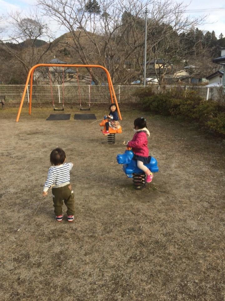山野井の公園はちびっ子たちの社交場になっています(東舘・女性)
