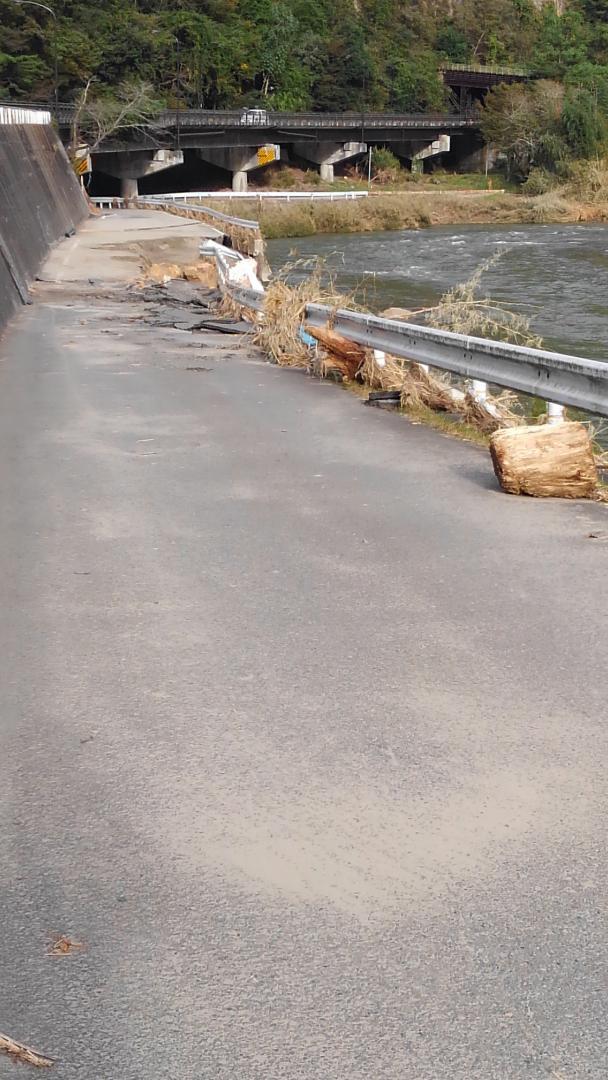 関岡の旧道沿いです。久慈川が氾濫し冠水し、道路がえぐられました。(東館・男性)