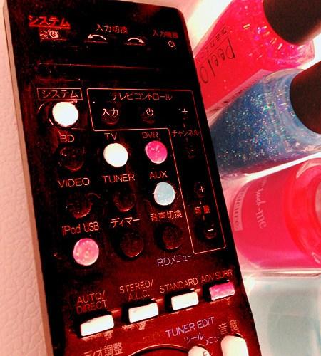 黒いリモコンの黒いボタンに色をつける、メガネも修理