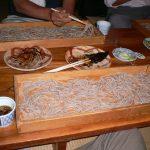 「板そば」は板の上に広がってる「ニシンの甘露煮」は真っ黒、あらきや、そば街道、山形県