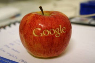 Logo do Google numa maçã (Apple)
