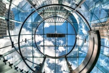 Logo da Apple na Quinta Avenida visto de baixo