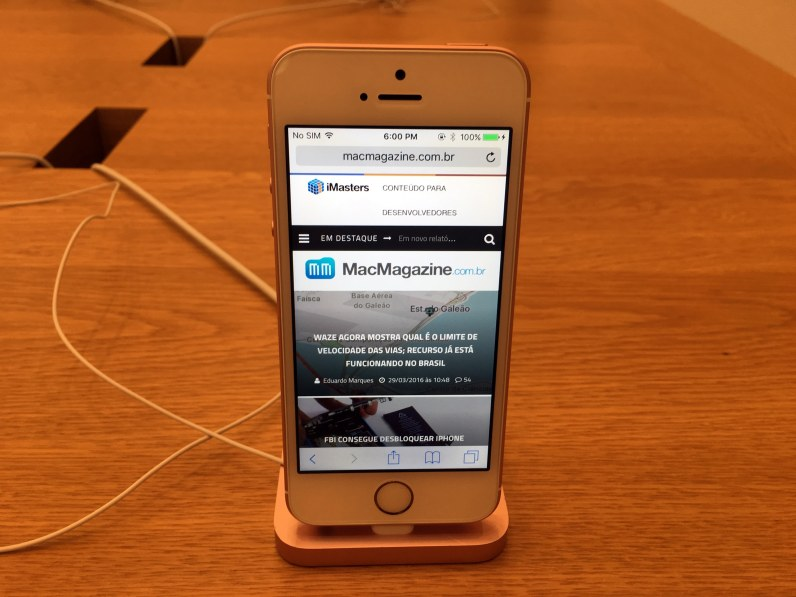 iPhone SE em Apple Store