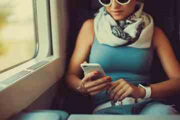 Mulher lendo em um iPhone