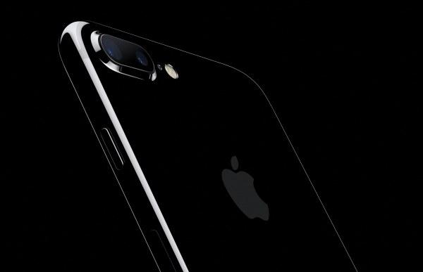 iPhone 7 Plus jet black inclinado de costas em fundo preto