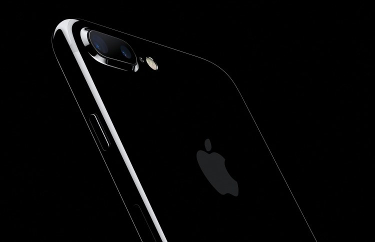 iPhone 7 Plus jet black inclinado de costas em fundo preto