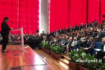 Lisa Jackson na inauguração do Centro de Desenvolvimento na Itália