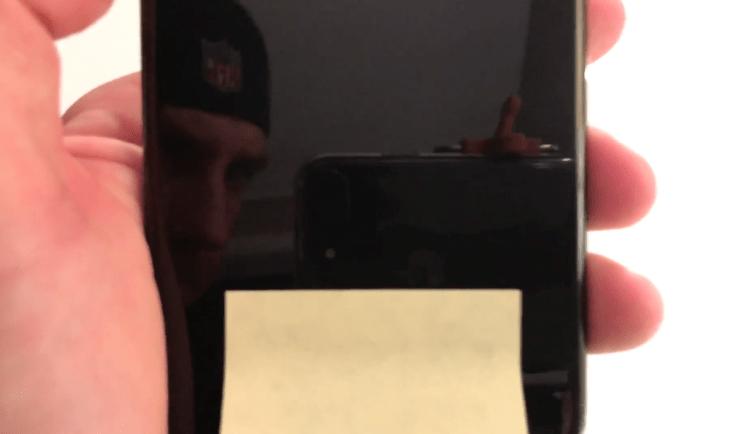 iPhone 7 preto brilhante com inscrições traseiras apagadas