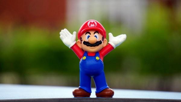 Boneco do Mario (Nintendo) com os braços pro ar