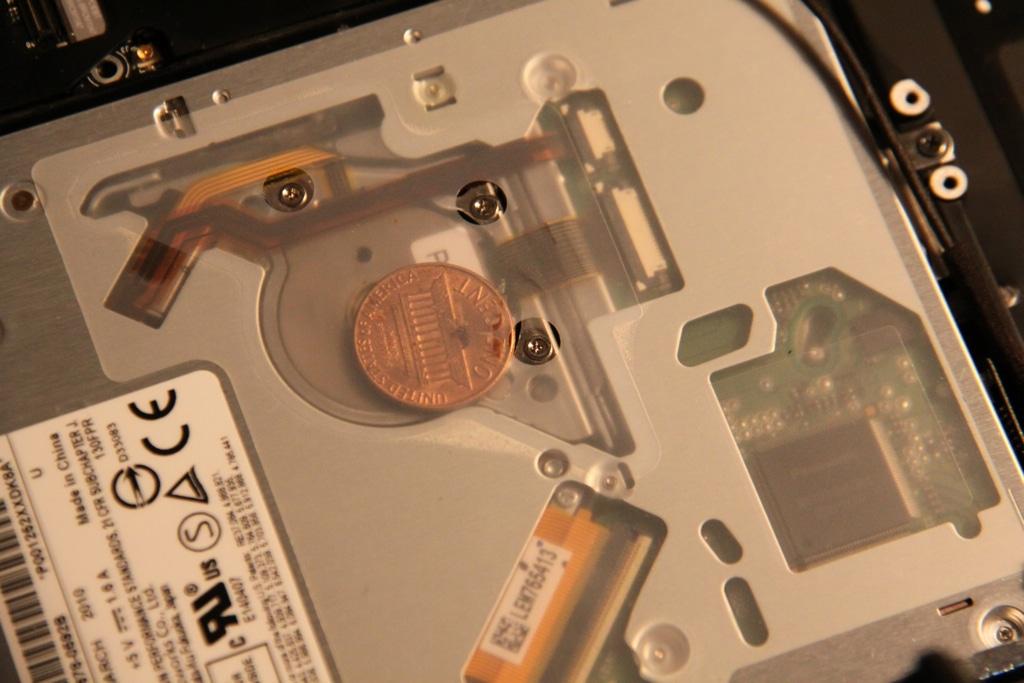Moeda dentro de um MacBook Pro