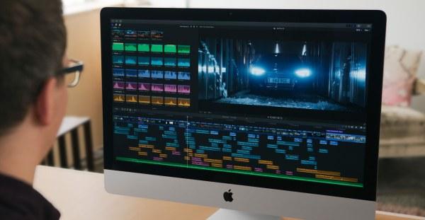 Pessoa editando vídeo no Final Cut Pro X