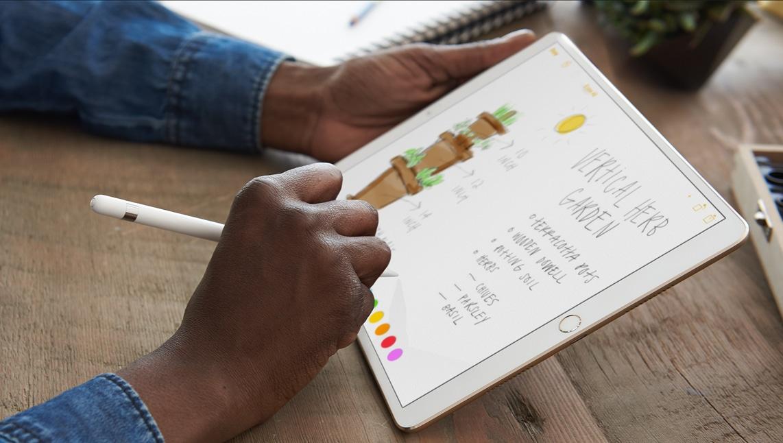 Pessoa trabalhando com o Apple Pencil num iPad Pro