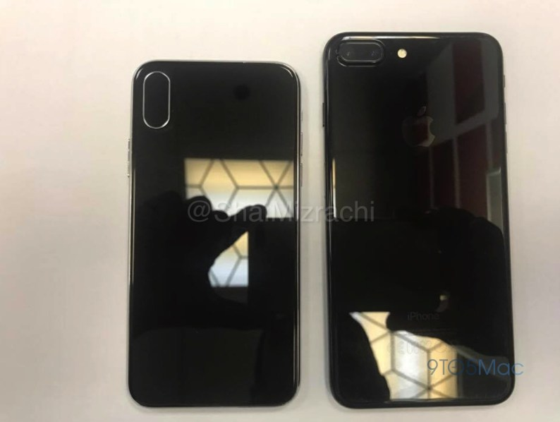 """Dummy """"iPhone 8"""" ao lado de um iPhone 7 Plus"""