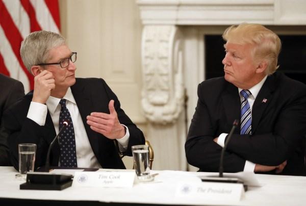 Tim Cook e Donald Trump em reunião