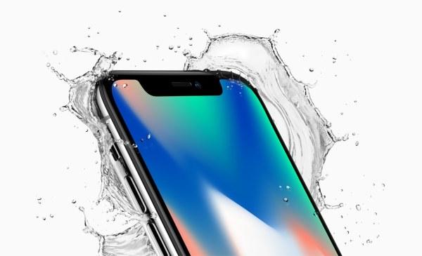 iPhone X com água espirrando