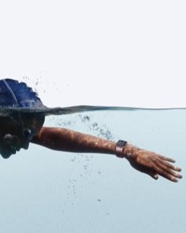Apple Watch Series 2 sendo usado para natação (na água)