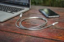Cabo de aço inoxidável Lightning/USB, da Geonav