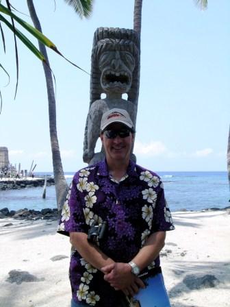 Dad in front of a Pu'uhonua o Hōnaunau Tiki
