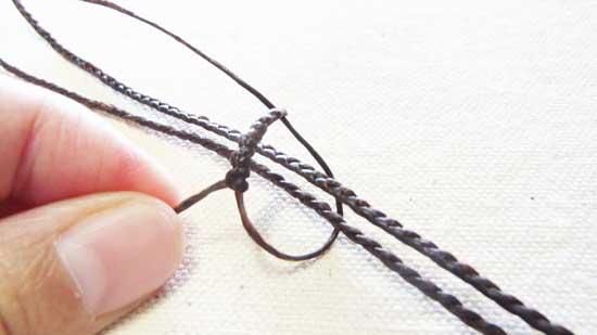 三つ編み紐を通す