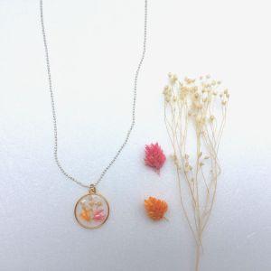 médaille et fleurs séchées