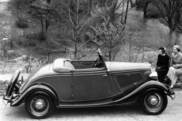 1933 Ford cabriolet right side showing single hood handle
