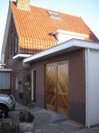 Aangebouwde garage vanaf de zijkant