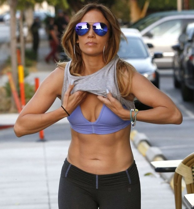 PAY-Jennifer-Lopez-showing-off-her-toned-abs (3)