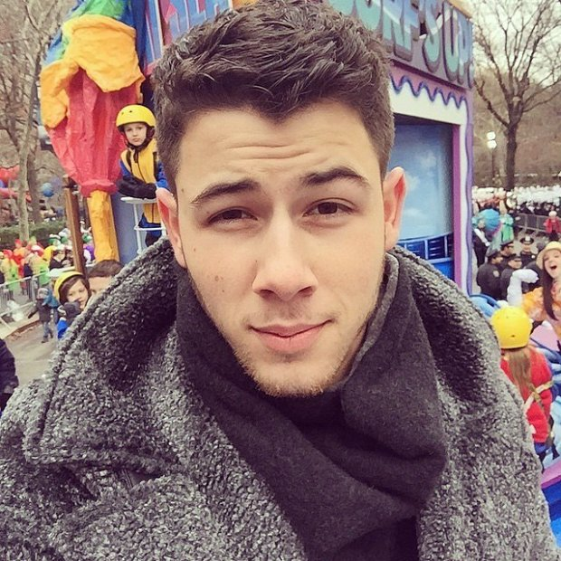 Nick-Jonas-snapped-selfie-from-Macy-Thanksgiving-Day-parade