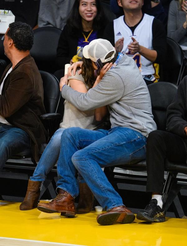 Mila-Kunis-Ashton-Kutcher-Lakers-Game-Dec-2014bb