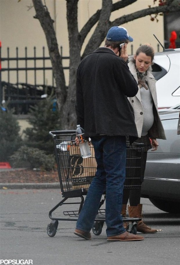 Pregnant-Blake-Lively-Buys-Christmas-Tree-Pictures-3