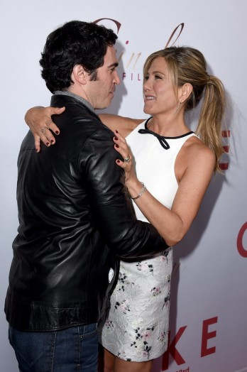 Jennifer-Aniston-LA-Premiere-Cake-Pictures4