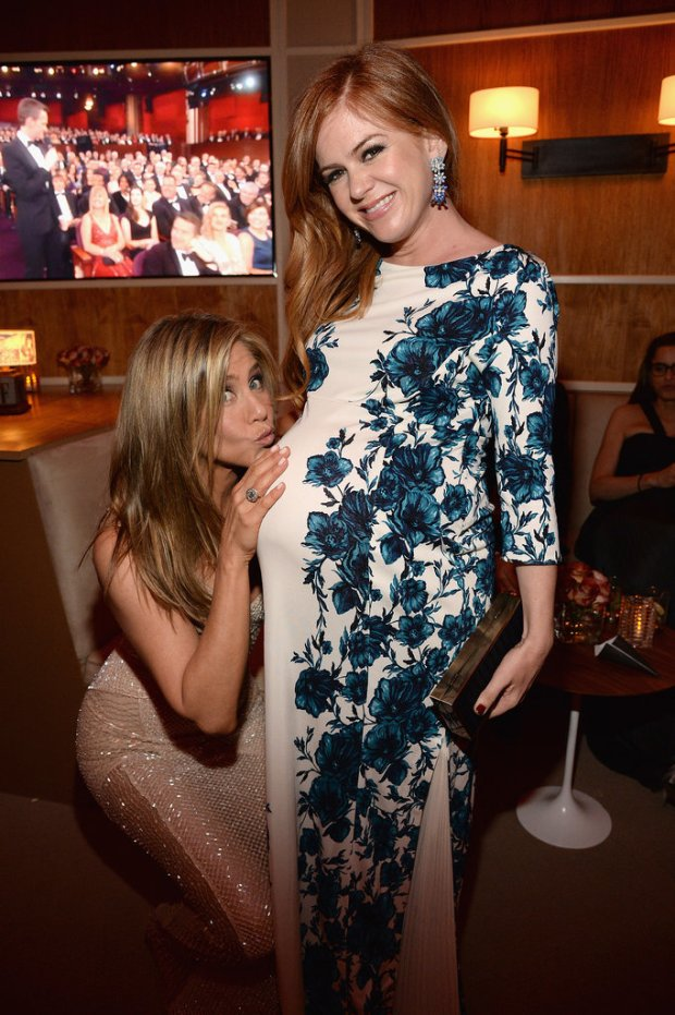 Jennifer-Aniston-Kissing-Isla-Fisher-Baby-Bump-Pictures