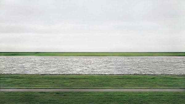 Η φωτογραφία Rhein II του Andreas Gusky