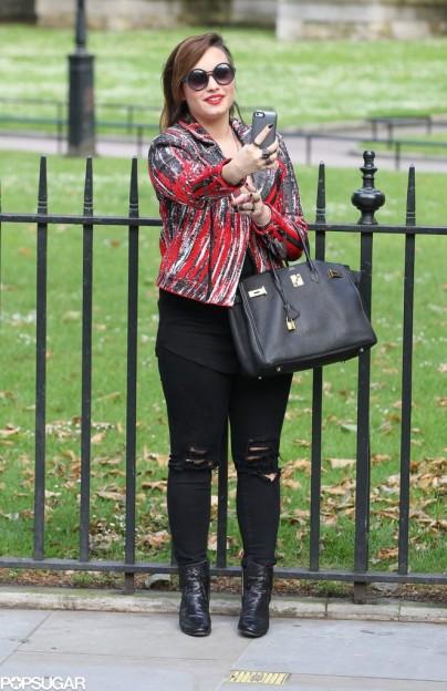 Demi-Lovato-took-selfie-front-Houses-Parliament