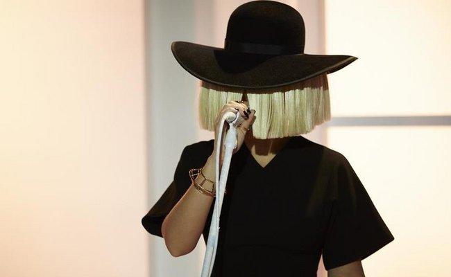 Ετσι είναι η τραγουδίστρια Sia χωρίς την περούκα της