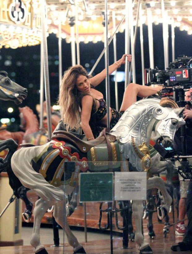 Jennifer-Lopez_-Filming-El-Mismo-Sol-Video--21-662x874