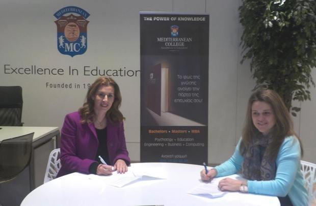 (Από αριστερά) η Πρόεδρος του Συλλόγου Ελλήνων Ολυμπιονικών Βούλα Κοζομπόλη και η Γενική Διευθύντρια  του Mediterranean College, κα Κατερίνα Ξυνή, κατά την υπογραφή του Μνημονίου Συνεργασίας