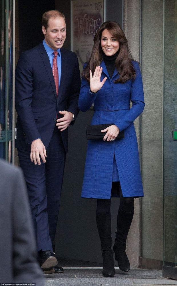kate_middleton_blue_coat_with_william_a9211