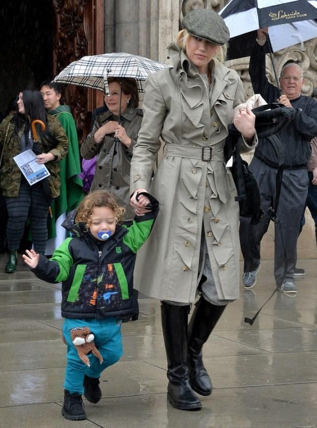 Η Gwen Stefani και ο γιος της, Apollo, αποχωρούν από την Εκκλησία στο Λος Άντζελες, το πρωί της Κυριακής.