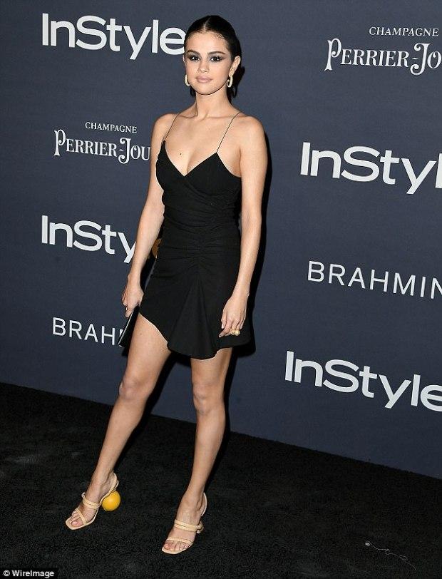 τα περίεργα παπούτσια της Selena Gomez