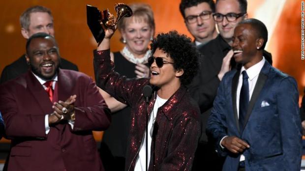 Τα ξημερώματα έγιναν τα 60α βραβεία Grammy 2018, με οικοδεσπότη τον James Corden. O Ed Sheeran κέρδισε το βραβείο για το pop album της χρονιάς αλλά δεν