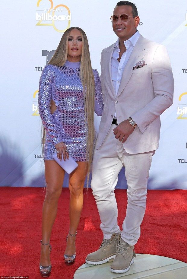 Jennifer Lopez Στο κόκκινο χαλί με μαλλιά μέχρι το γόνατο