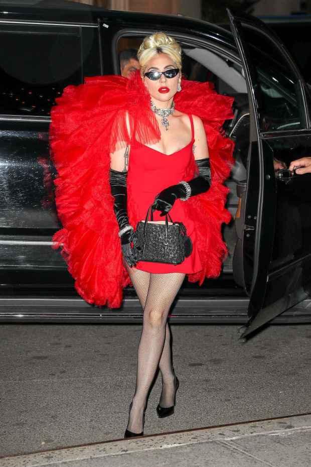Η Lady Gaga άλλαξε 12 φορές ρούχα